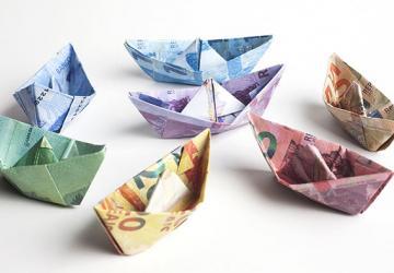 Barcos de papel hechos con papel moneda de Brasil