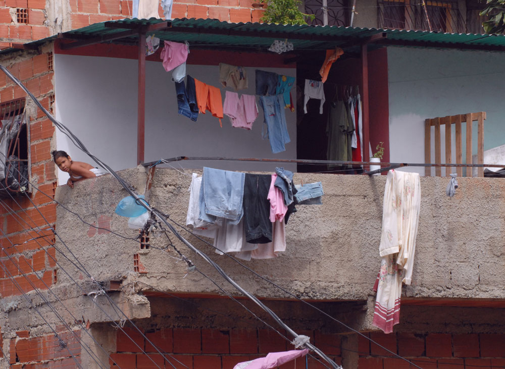 UNICEF nino en balcon de una casa